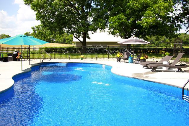 Swimming Pool Patio Makeover / Black and White Patio Decor